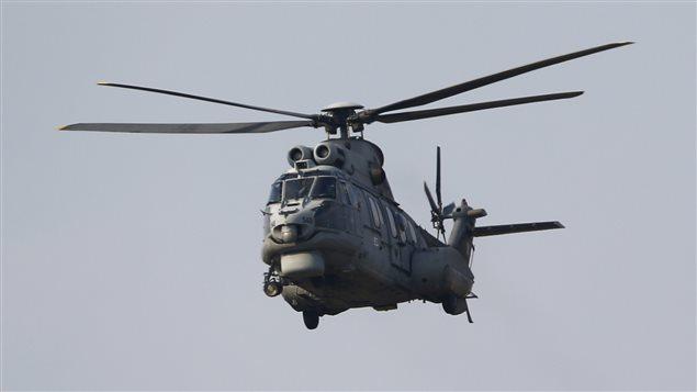 """مروحية تركية من طراز """"كوغار AS-532AL"""" تقلع من قاعدة إنجرليك الجوية في مدينة أضنة في جنوب تركيا يوم الاثنين. من جهتهم اتهم مقاتلون أكراد في شمال سوريا الجيش التركي  بقصف مواقعهم في ذاك اليوم."""