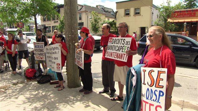 Une manifestation au Canada pour demander plus de soutien aux personnes handicapées.