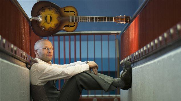 Le musicien folk-pop Derek Olive