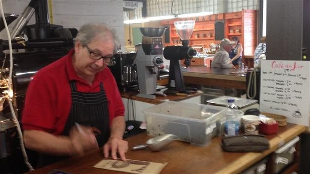 Jacques Gour, maître torréfacteur, propose des cafés provenant de plus de 35 pays.