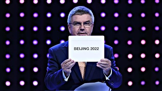 El presidente del COI, Thomas Bach, anuncia la elección de Pekín para organizar el evento.