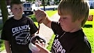 Des enfants défient un règlement qui les empêche de vendre des vers