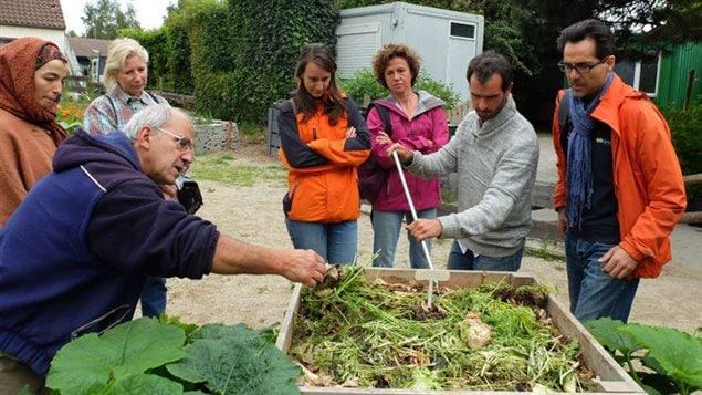 Benoît Salsac (deuxième à partir de la droite) donne un cours pratique de compostage.