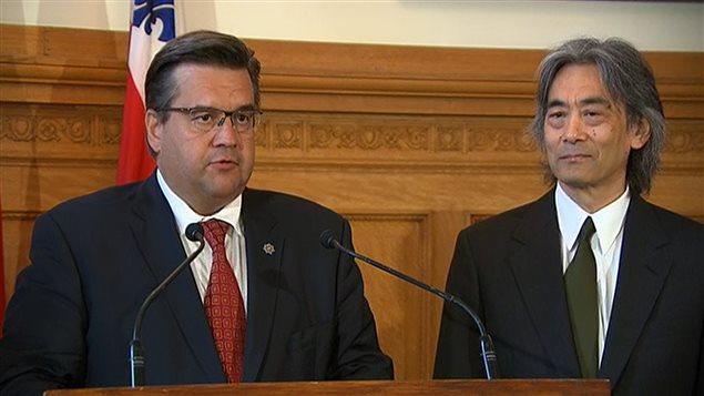 Le maire de Montréal, Denis Coderre, et le maestro Kent Nagano lors de l'annonce de l'hommage au 70e anniversaire de la tragédie d'Hiroshima.