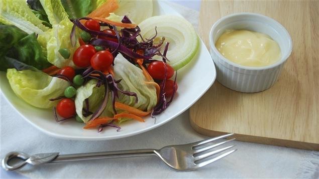 Une salade verte accompagnée d'une vinaigrette