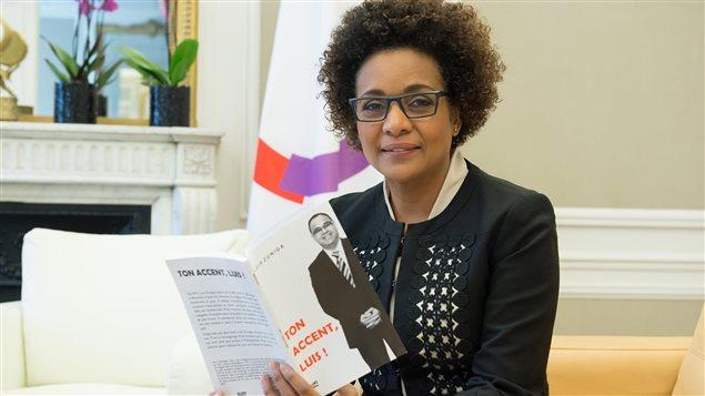 La ex gobernadora general de Canadá y actual secretaria general de la Francofonía, Michaëlle Jean, con el libro Ton Accent, Luis! del chileno-canadiense Luis Zúñiga.