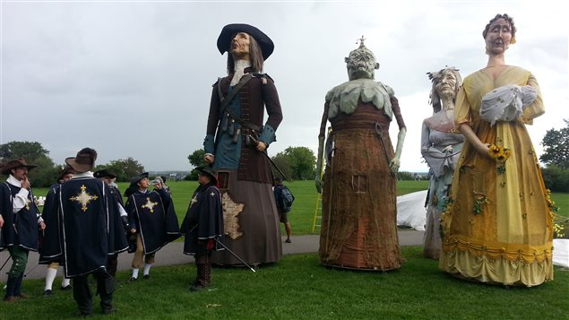 Les géants se préparent à défiler aux Fêtes de la Nouvelle-France.