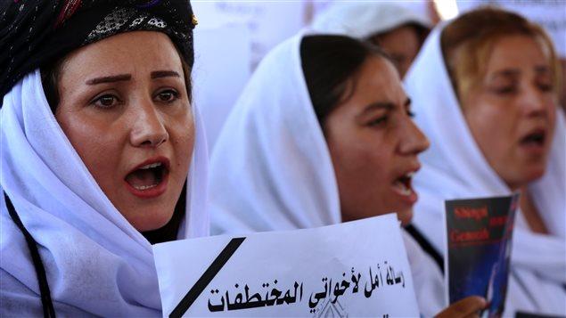 Des femmes yézidies manifestent devant un bureau des Nations Unies en Irak en soutien aux femmes de leur communauté qui ont été enlevées par le groupe armé État islamique en 2014.