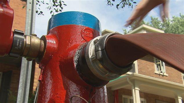 Les bornes d'incendie à tête bleue sont celles qui offrent le plus fort débit.