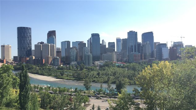 صورة لوسط كالغاري ويبدو نهر باو الذي يجتاز المدينة.