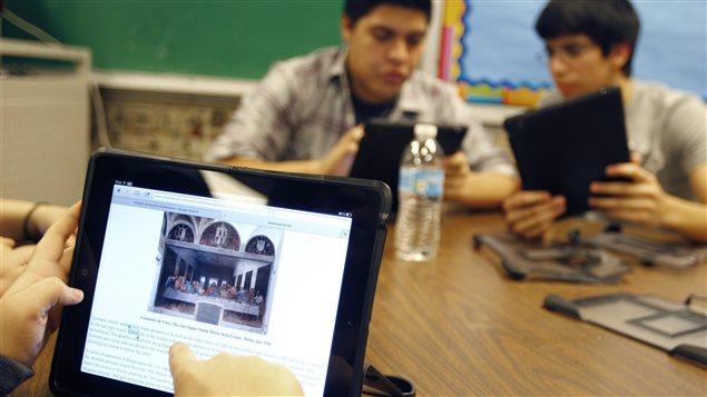 Des élèves utilisent des iPad