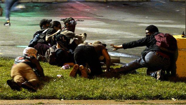 Des manifestants à Ferguson évitent des coups de feu
