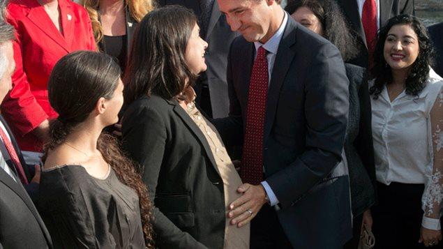 Le chef du Parti libéral fédéral Justin Trudeau accompagnait la candidate enceinte Christine Poirier à un événement électoral lundi matin à Montréal.