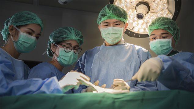 Une équipe de chirurgiens dans un hôpital asiatique