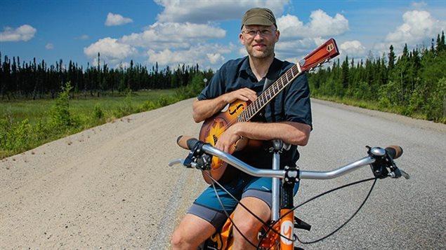 Le chanteur Derek Olive traverse le pays à vélo avec sa guitare