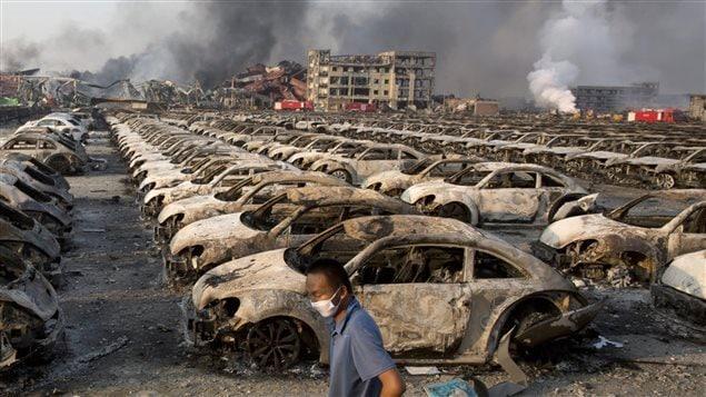 Automòviles nuevos carbonizados por el incendio en Tianjin.