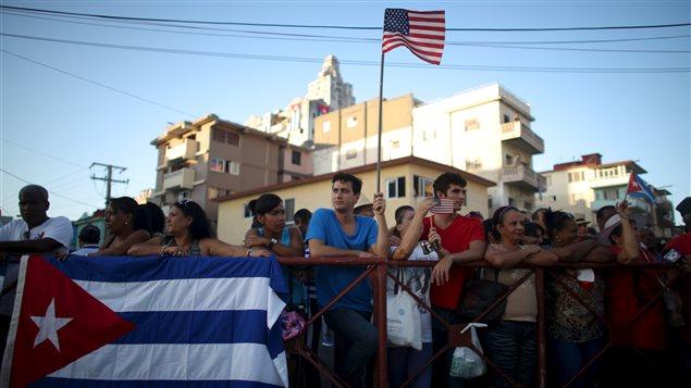 Des Cubains assistent à la réouverture de l'ambassade américaine.