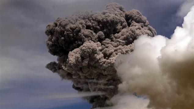 Le volcan Cotopaxi s'est réveillé vendredi en crachant une colonne de fumée noire longue de 8 kilomètres.