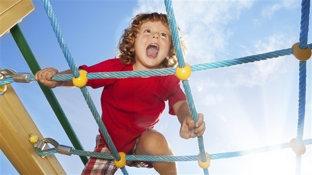Jouer dehors aide à prévenir la myopie chez les enfants.