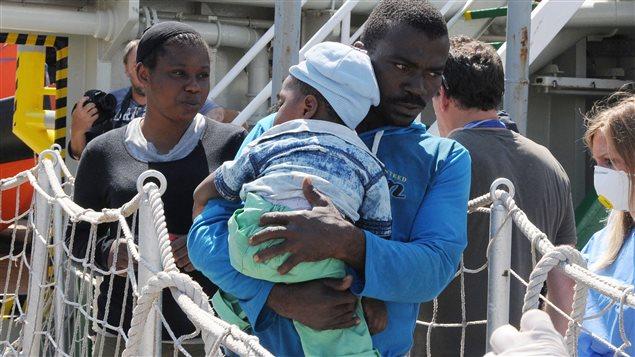 Des migrants débarquent d'un bateau de Médecins sans frontières à Valentia, Italie.