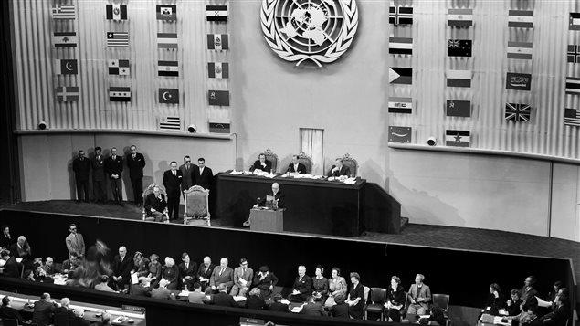 Le président du Conseil Vincent Auriol prononce le discours d'ouverture de la troisième assemblée des Nations-Unies le 22 septembre 1948 au Palais de Chaillot, à Paris. L'Assemblée générale de l'ONU s'est ouverte le 21 septembre 1948 et s'est achevée le 10 décembre après avoir adopté à l'unanimité, mais avec l'abstention du bloc soviétique, la Déclaration universelle des Droits de l'homme.