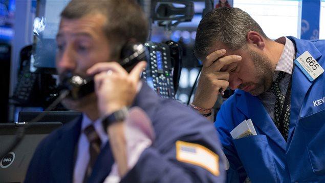 Un courtier réagit à la chute de la bourse à New York, le 24 août.
