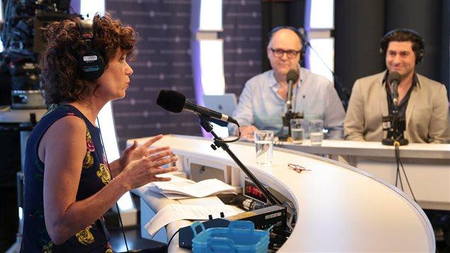 Catherine Perrin anime Le show de la rentrée. En arrière-plan : Jacques Beauchamp et Patrick Masbourian