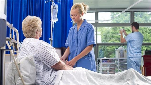 Une infirmière au chevet d'une patiente