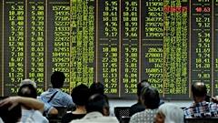 Des investisseurs à la bourse de Shanghai