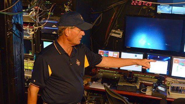 L'archéologue des fonds marins, Robert Ballard, dans la salle de contrôle du navire Nautilus, accosté à Victoria, C.-B.