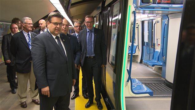 Denis Coderre, maire de Montréal, Robert Poëti, ministre des transports et Philippe Schnobb, président du conseil d'administration de la STM à la séance d'information sur les voitures de métro Azur.