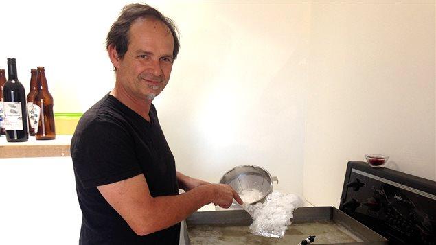 Philippe Marill en train de préparer sa fleur de sel