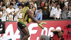 Bolt fauché par un caméraman à Pékin