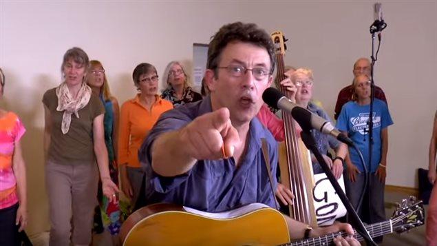 Tony Turner chantant «Harperman»