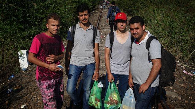 Originaire de la Syrie, Amjad Almonier (à droite sur la photo) vient d'arriver en Hongrie. Il assure que ce n'est pas par choix. « Je ne voulais pas quitter la Syrie, mais le pays est détruit », a-t-il laissé tomber, au bord des larmes.