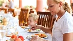 Un enfant au restaurant avec sa mère