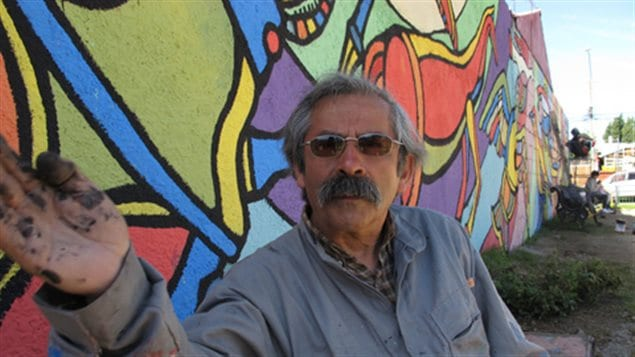 El artista visual chileno, fundador de las Brigadas Ramona Parra, ante uno de sus murales en Santiago