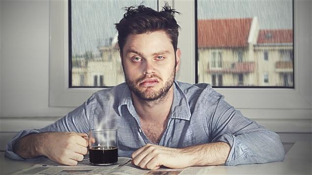 Les processus complexes de la digestion de l'alcool par le foie entraînent la production de substances encore plus toxiques pour notre corps. Mais les conséquences ne sont pas seulement physiques. L'alcool est un dépresseur, et sa consommation peut induire le lendemain angoisse, doutes et regrets, en plus de diminuer notre temps de réaction.
