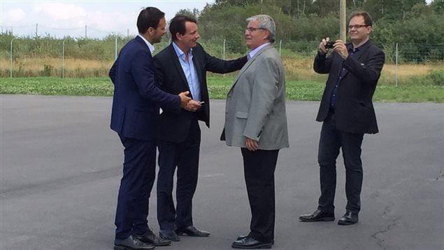 Alexandre Cloutier et Pierre-Karl Péladeau rencontrent le maire d'Alma, Marc Asselin