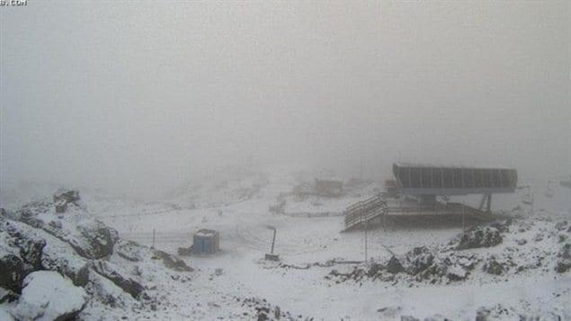 De la neige est tombée mercredi après-midi au sommet de la montagne Whistler en Colombie-Britannique.