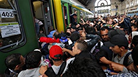 Des migrants prennent d'assaut un train à la gare de Budapest