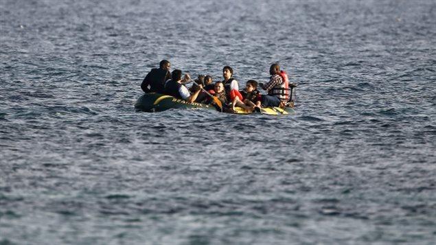 Des migrants en provenance de la Syrie et de l'Afrique sur un canot approchent l'île grecque de Kos, après avoir traversé une partie de la mer Égée, entre la Turquie et la Grèce le mois dernier.Yannis Behrakis/Reuters