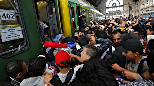 Budapest : la gare rouverte, des migrants prennent d'assaut un train