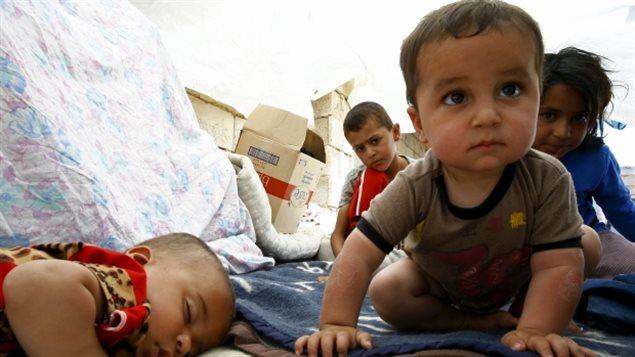 Des enfants réfugiés de la ville syrienne de Tel Abyad  s'abritent dans une tente de fortune à Akcakale, en Turquie.
