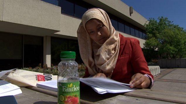 Bilan Arte indique que dans sa forme actuelle le système fédéral et provincial met l'enseignement supérieur hors de portée et que l'endettement étudiant est énorme. Elle-même a terminée ses études avec une dette de 20 000 $.