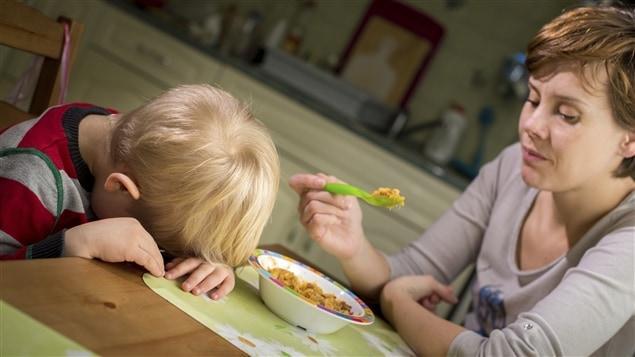 Un enfant refuse de manger.
