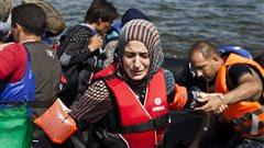 Une réfugiée syrienne arrive sur l'île grecque de Lesbos.