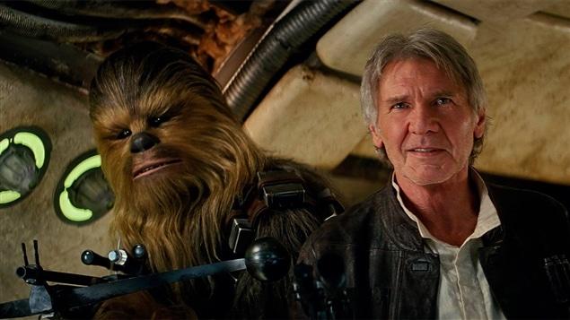 Peter Mayhew (Chewbacca) et Harrison Ford (Han Solo) dans <i>Star Wars : le réveil de la force</i>
