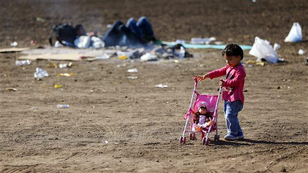 Une fillette joue avec une poupée dans un camp situé dans le sud de la Hongrie, près de la frontière avec la Serbie.