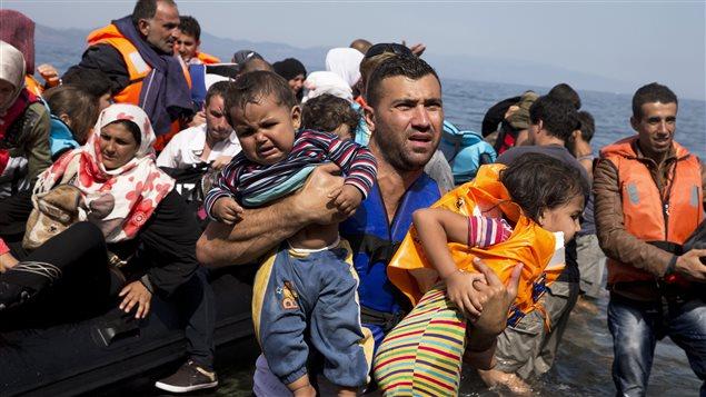 Des réfugiés syriens arrivent à l'île Lesbos, en Grèce.
